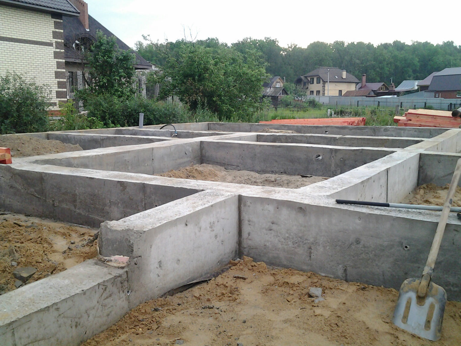 Строительство низкой подпорной стенки из бетона под ключ